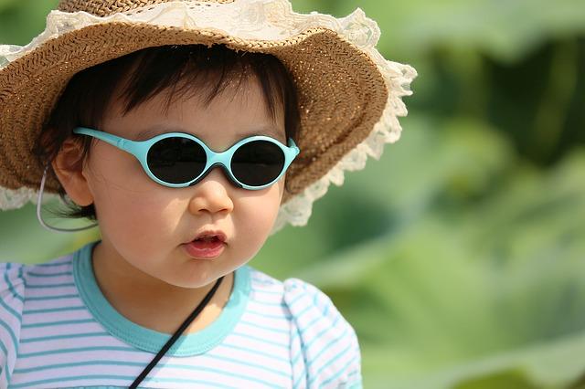 dítě s kloboukem