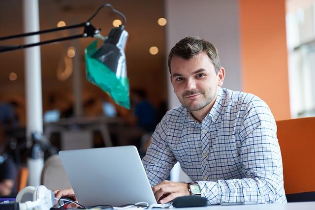 podnikatel s počítačem
