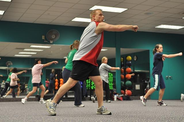 cvičení v tělocvičně