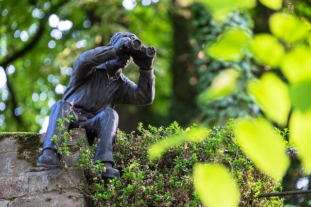 socha s dalekohledem