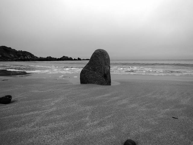 kámen na pobřeží
