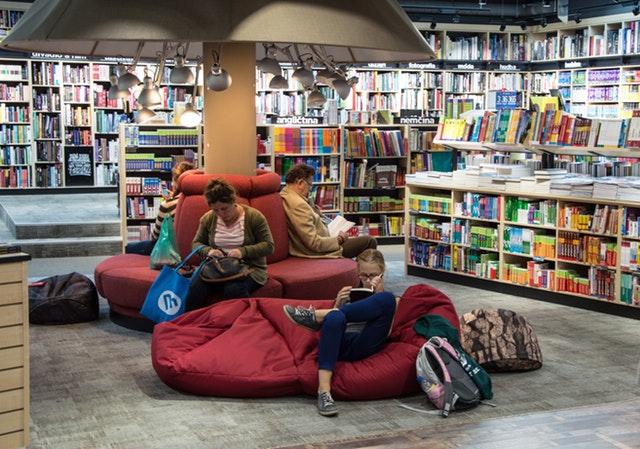 sedací vak by se dal klidně rozložit i do knihovny – červený vak na zemi