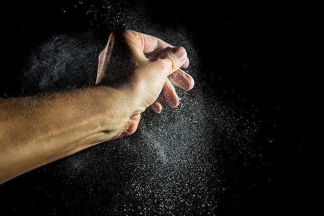 ruce s prachem