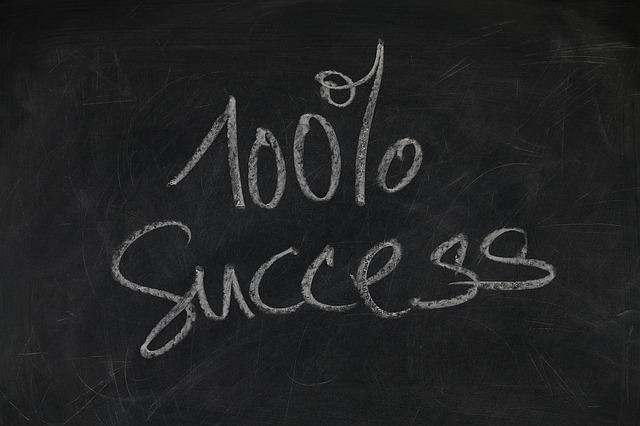 Černá tabule s nápisem provedeným křídou 100% SUCCESS!