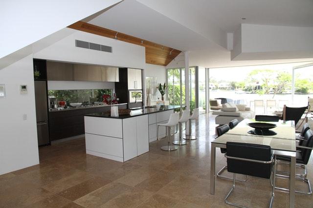 Interiér obývacího pokoje se světlou podlahou