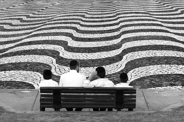 lidé dívající se na rozličné pruhy před nimi