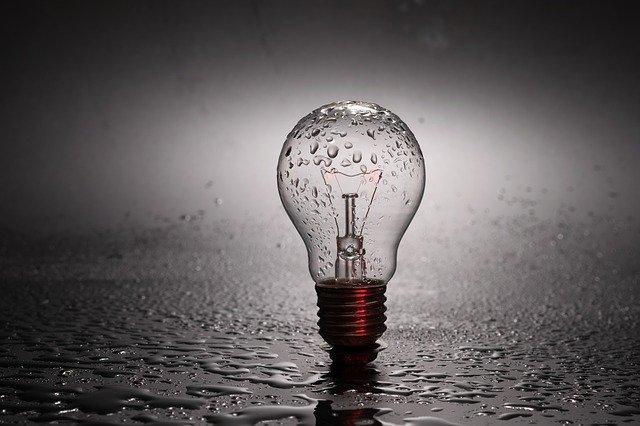 mokrá žárovka v dešti