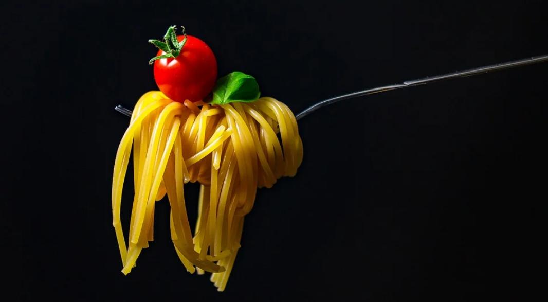 těstoviny a rajče